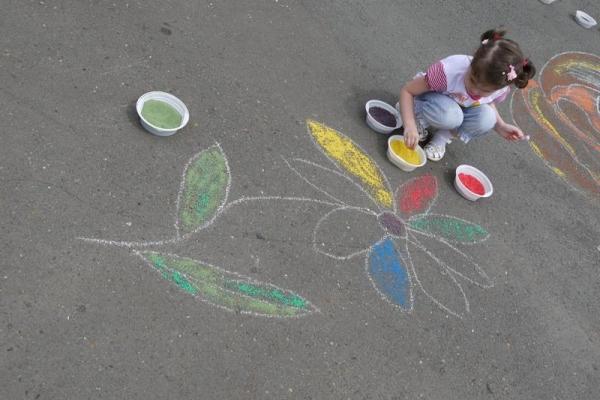 Рисование песком на асфальте